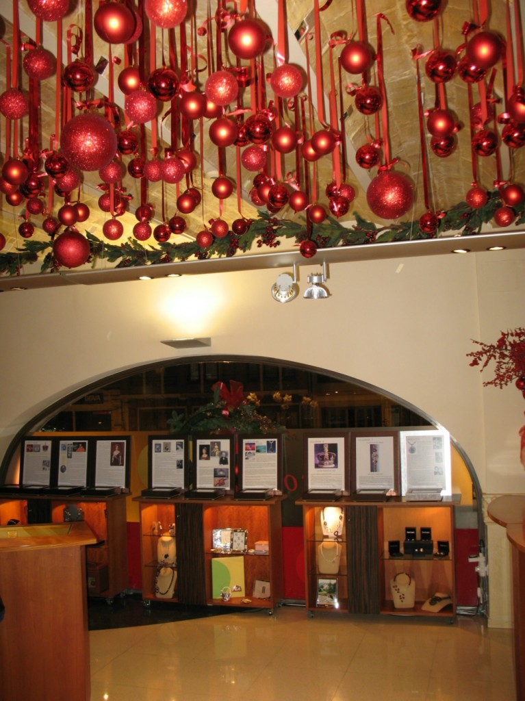La exposición estuvo arropada por la rica decoración de Navidad de la Joyería Argimiro Aguilar