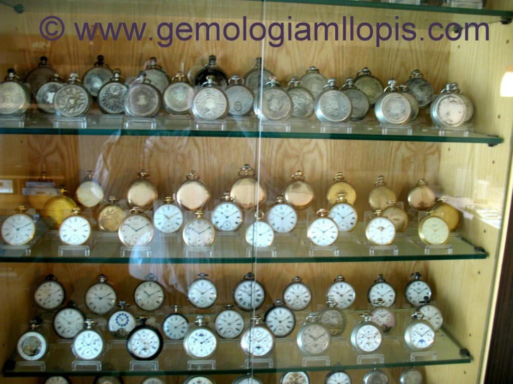 Colección privada de relojes de bolsillo. Se aprecia que todos los relojes se apoyan en peanas de metacrilato