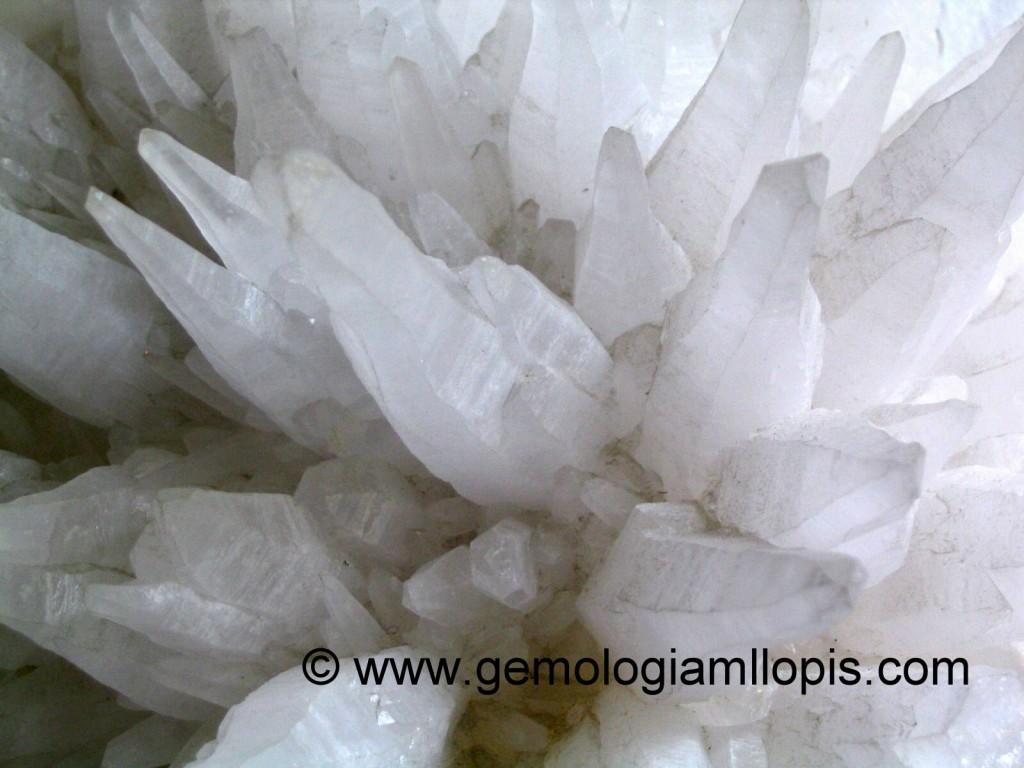 Cristales de cuarzo lechoso en una composición caprichosa semejante a un erizo.