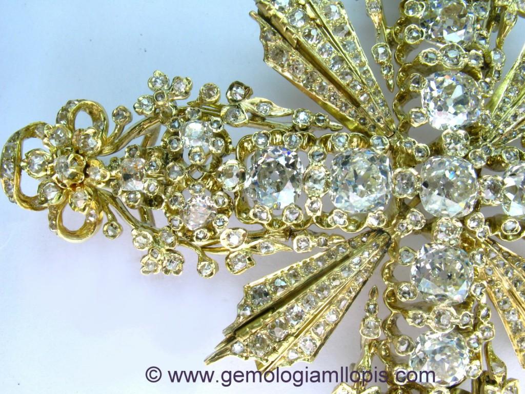 Detalle del cabezal, cruceta y potencias de la cruz pectoral con diamantes.