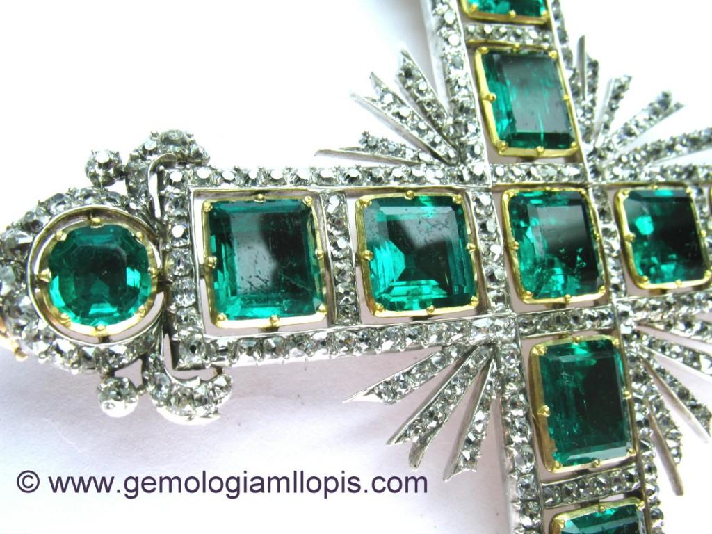 cruz pectoral con esmeraldas y diamantes