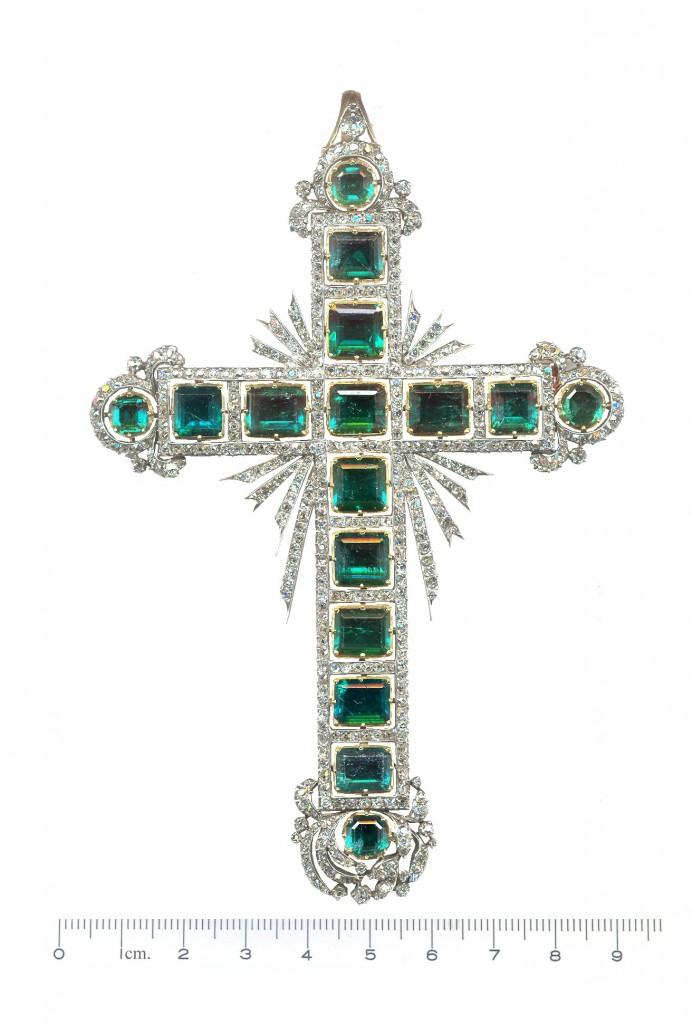 Cruz pectoral de esmeraldas y diamantes