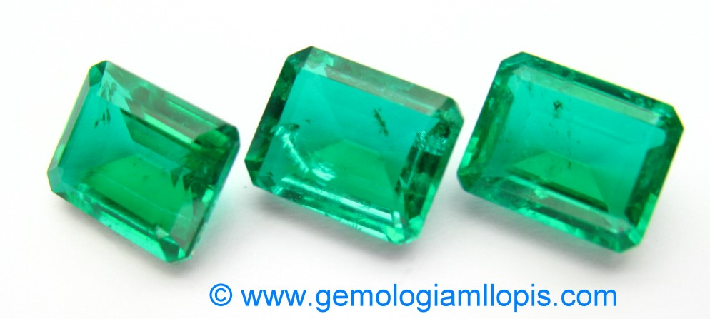 Trío de dobletes de cuarzo cristal de roca incoloro y pegamento verde