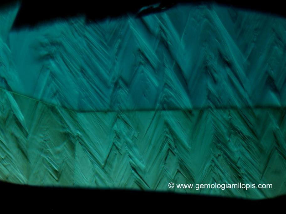 """Patrón """"dientes de perro"""" en una esmeralda sintética hidrotermal"""