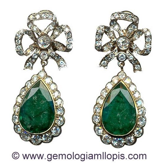 Pendientes largos articulados decorados con diamantes y esmeraldas.