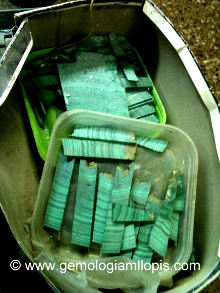 Barras de malaquita de imitación  dispuestas para  tallar y pulir
