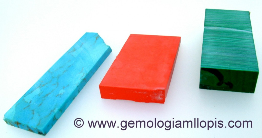 Barras serradas dispuestas para ser talladas de turquesa, coralina y malaquita todas de imitación