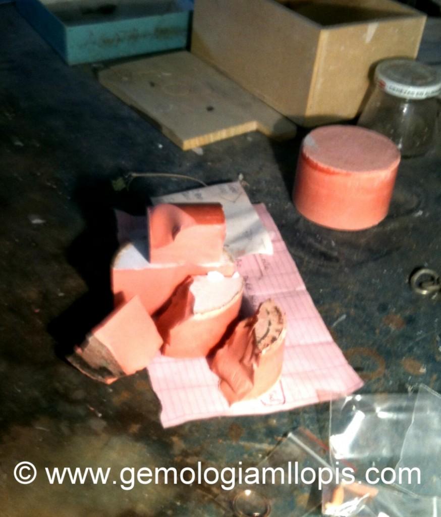 Bloque de un producto rojizo que imita al coral, también mal llamado coralina