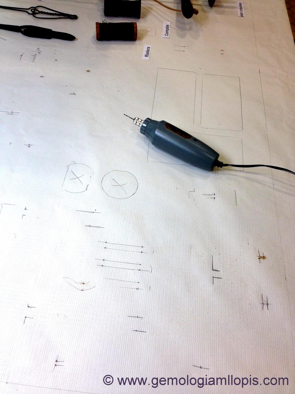 Con un taladro de mano haciendo los agujeros para las sujeciones con hilo de latón.
