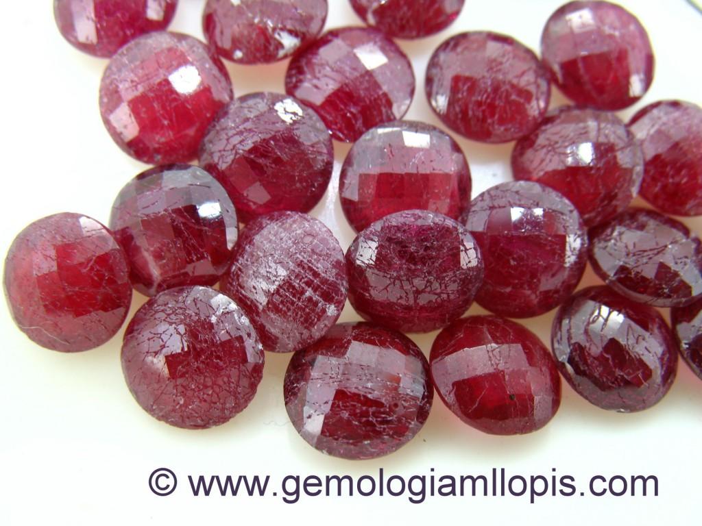 Aspecto de los rubíes rellenos de vidrio después de estar sometidos durante 15 minutos en un bombo de pulir con palillos de acero