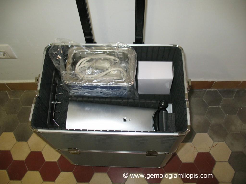 Parte inferior de la maleta con el microscopio, lampara y ultrasonidos