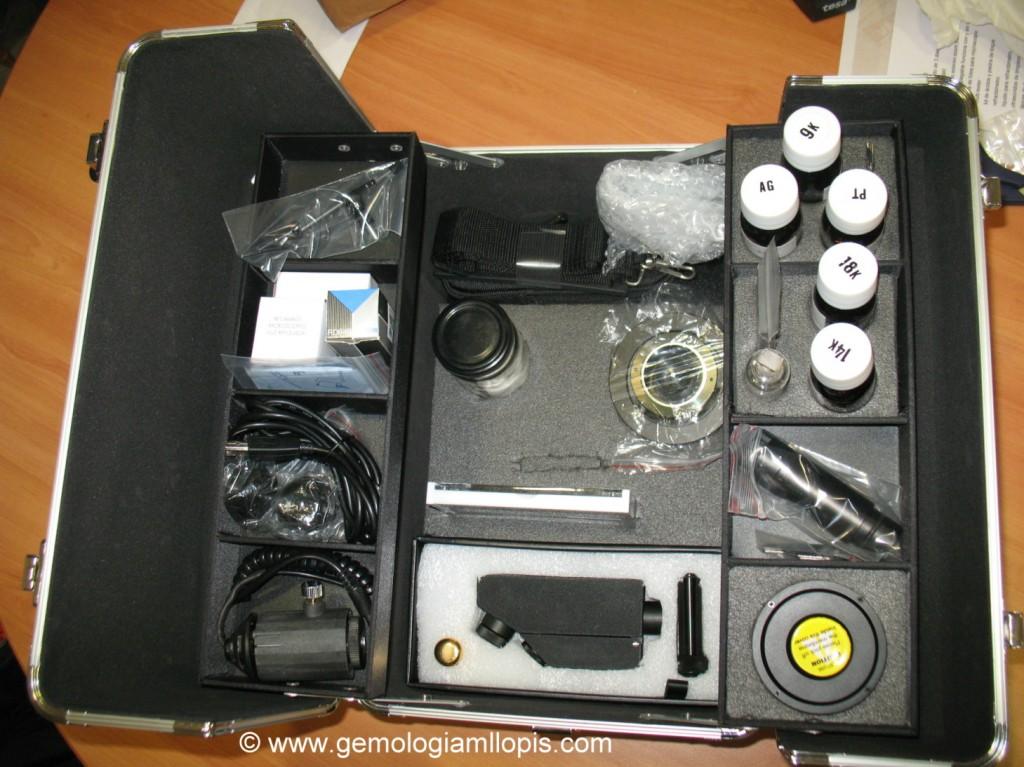Parte superior de la maleta con cámaras, refractómetro, ácidos  etc.