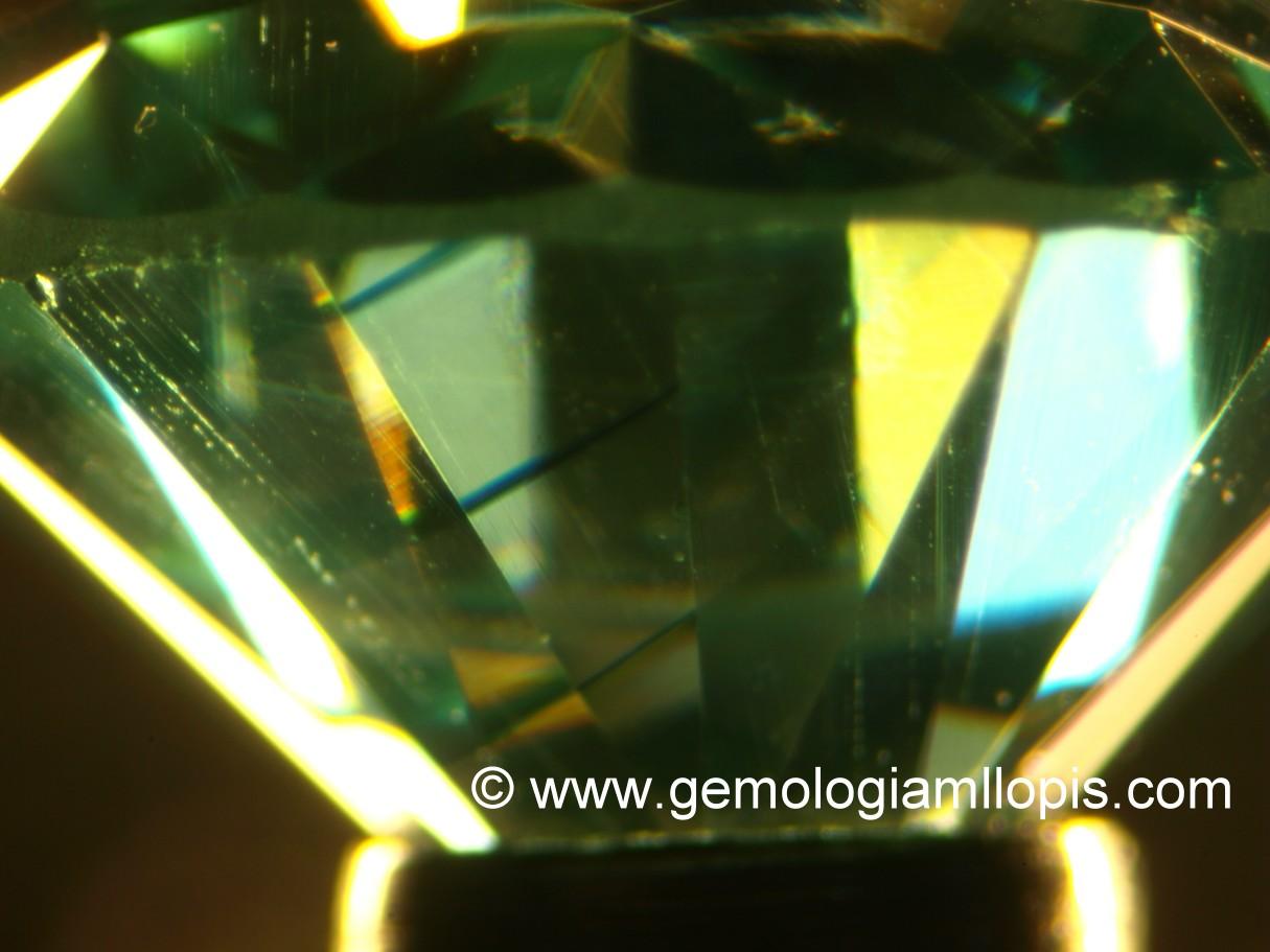 Bandas rectas de coloración en una moisanita sintética azul verdoso