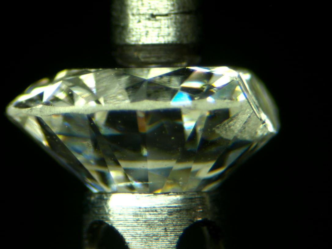 Un diamante exfoliado. Vemos como el plano de exfoliación tiene el ángulo de una car de octaedro.
