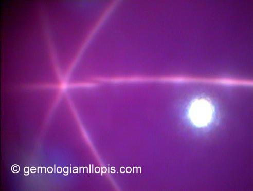 Rubí estrella sintético. La estrella es de seis puntas.
