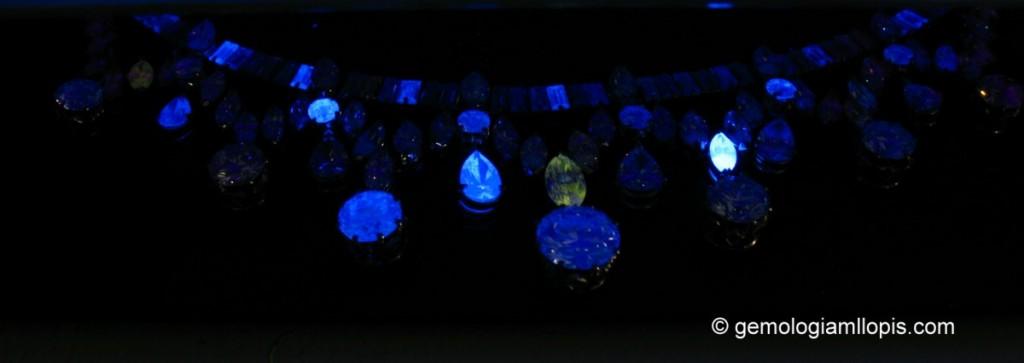 Fluorescencia del collar de diamantes