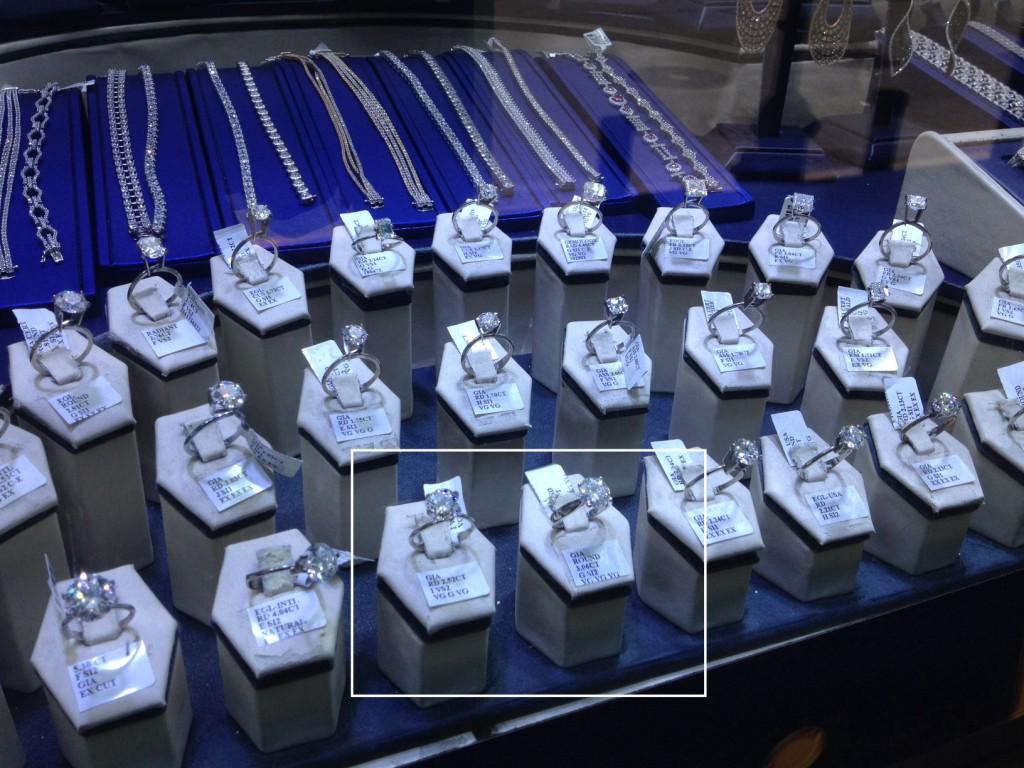 Escaparate en la calle 47 con solitarios de diamante certificados por el GIA