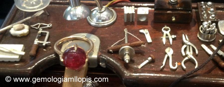 Miniatura de tabliz de joyero en madera con pequeñas herramientas realizadas en plata de ley.