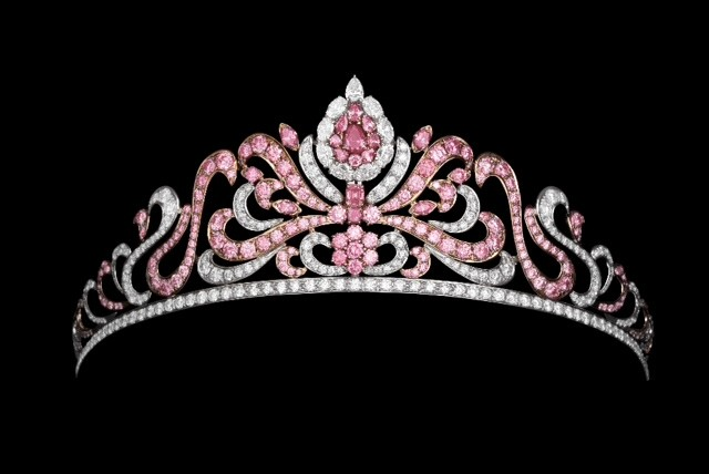 Tiara con 175 diamantes de color rosa
