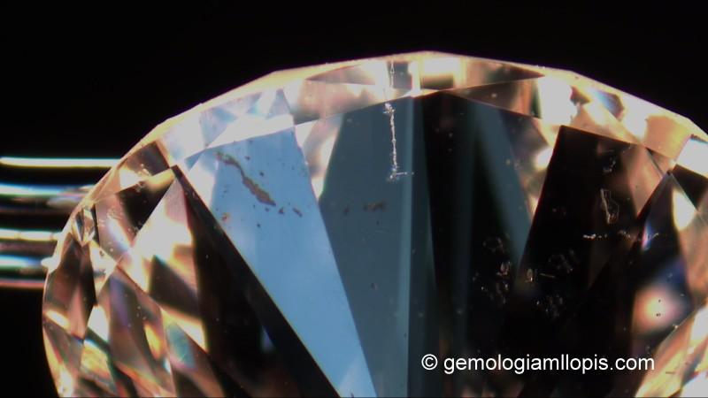 Este diamante ha sido tratado con láser, pero todavía le quedan muchas otras inclusiones.