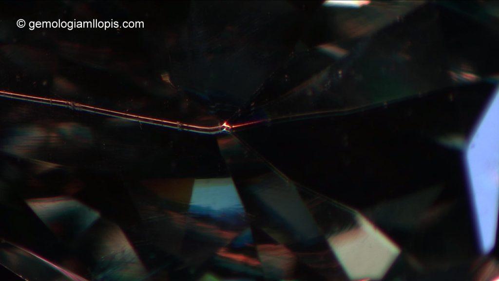 Desdoblamiento de las aristas al observar el interior de una moisanita. Luz transmitida y reflejada, 60x.