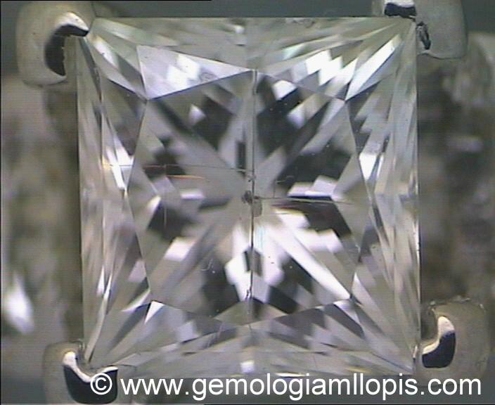 Diamante de 0,90 ct. Coplor I , tratado con relleno de vidrio y con un taladro láser para mejorar su pureza.