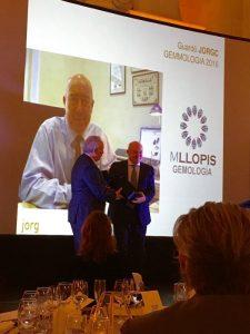 Carles Tubella entrega el Premio JORGC 2016 sección de Gemología a Manuel Llopis