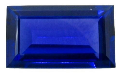 Zafiro tallado en baguette tallado de este mismo cristal en bruto.