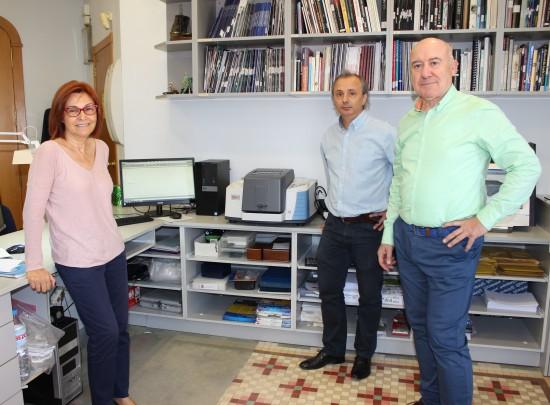 El equipo de gemológos del laboratorio gemológico MLLOPIS