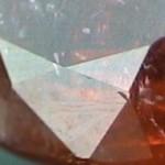 Rubíes sin calidad con fracturas rellenadas con vidrio de alto contenido en plomo, que son vendidos en el mercado