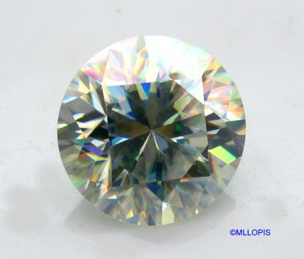 El rutilo sintético presenta excesiva dispersión, separa la luz blanca en todos los colores, mucho  mas que un diamante.