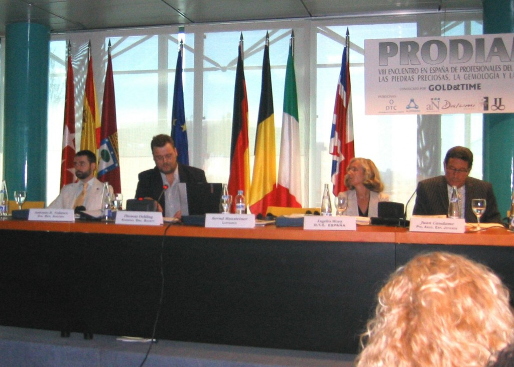 Thomas Dehling en Prodiam 2008, charló sobre la nomenclatura universal del ópalo, también sobre sus tratamientos.