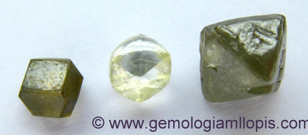 Cubo deformado de diamante sintético y rombododecaedro y octaedro con trígonos naturales