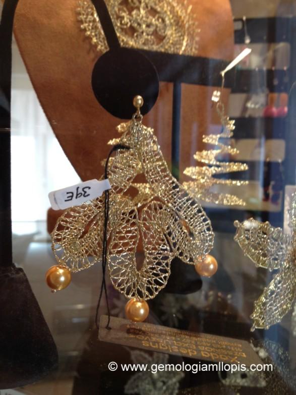 Pendientes largos de ganchillo de hilo dorado y perlas de imitación