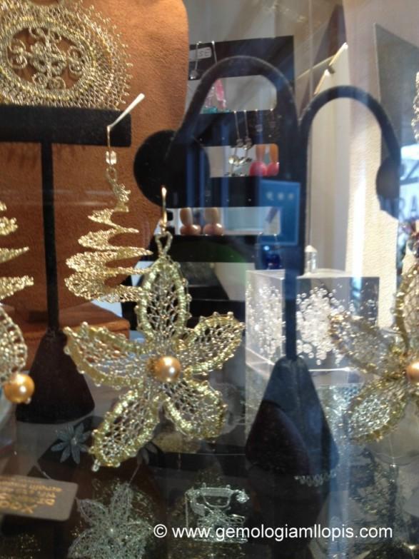 Pendientes estrella de ganchillo de hilo dorado y perla de imitación.