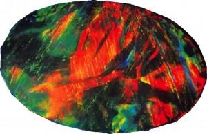 Bello ópalo negro con juego de colores de rojos, verdes y azules.