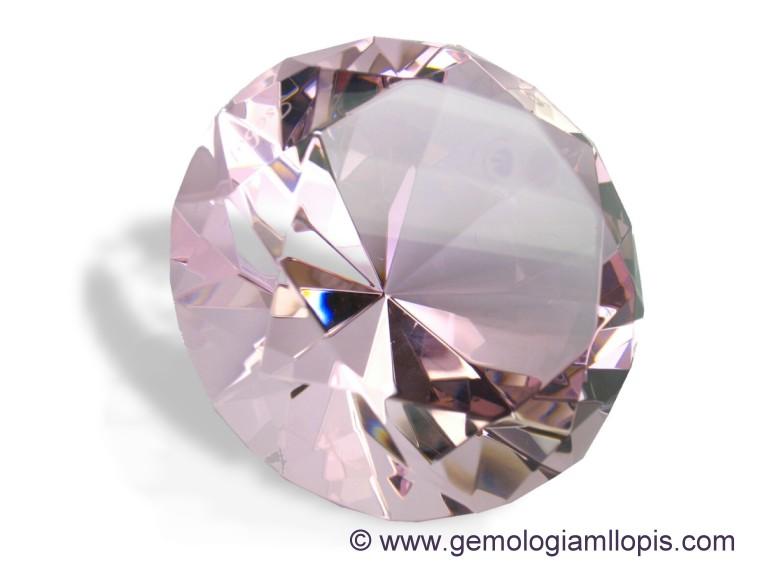 Ejemplo de vidrio de color rosa en talla brillante con grabados con láser.