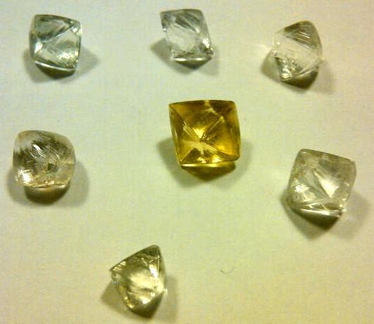 topacios y circonitas como bruto de diamante