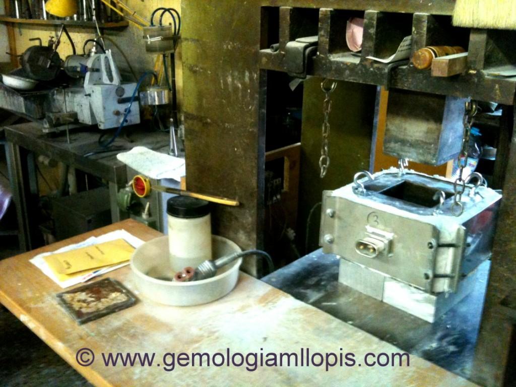 Máquina de fundir y prensar productos de imitación.