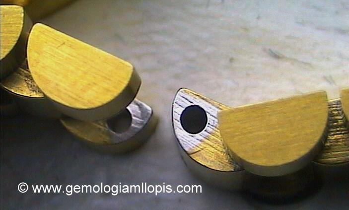 Se aprecia el color de base de metal, del acero, no es oro