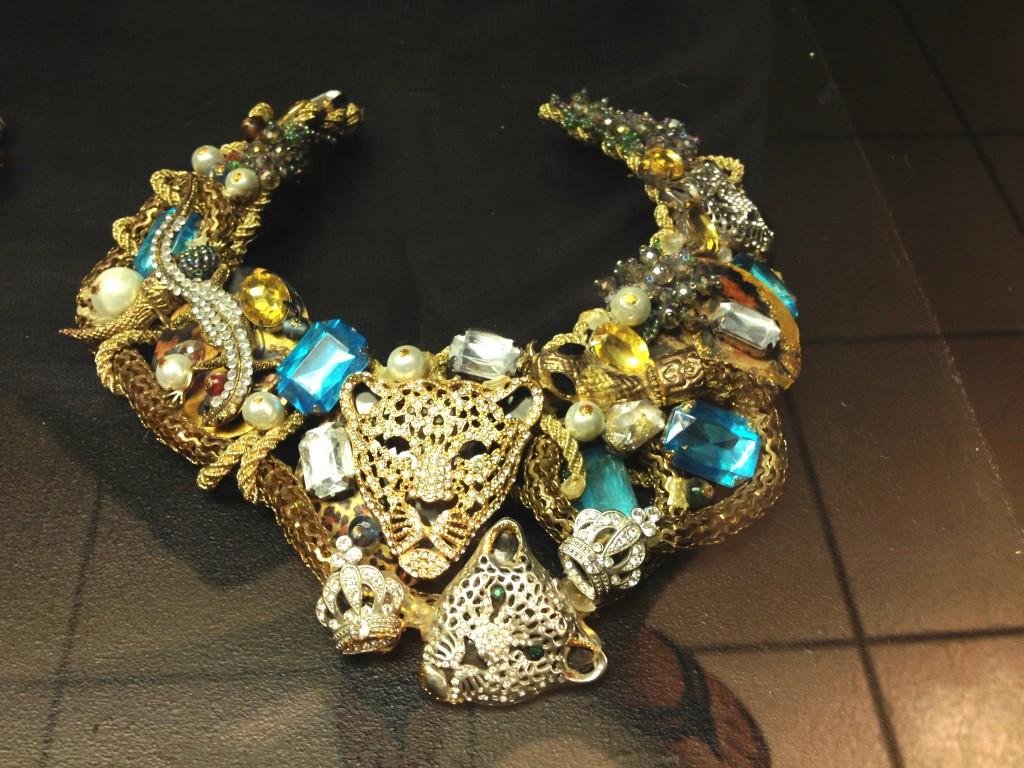 Collar con piedras de imitación, cabezas de tigre, serpientes, coronas y sapos