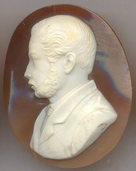 Retrato de un caballero. Concha de molusco 2,5 cm x 2,0 cm