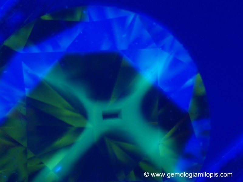 Fluorescencia en cruz de un diamante sintético HPHT