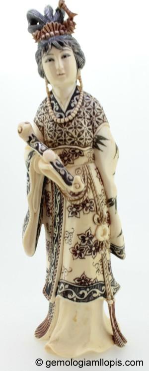 Figura oriental de marfil de elefante.