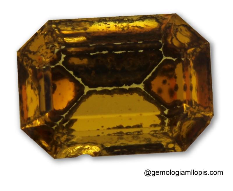 Vidrio amarillo con el recubrimiento posterior deteriorado
